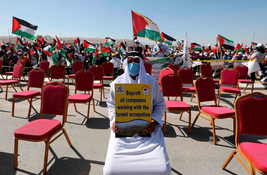 (FILES) In this file photo taken on June 23, 2020, Palestinians participate in a big rally to protest against Israel's plan to annex parts of the occupied West Bank, in Jericho. - International condemnation of possible Israeli annexations has mounted ahead of July 1, when the Jewish state could take its first steps toward implementing part of a US-proposed Middle East peace plan. (Photo by ABBAS MOMANI / AFP)