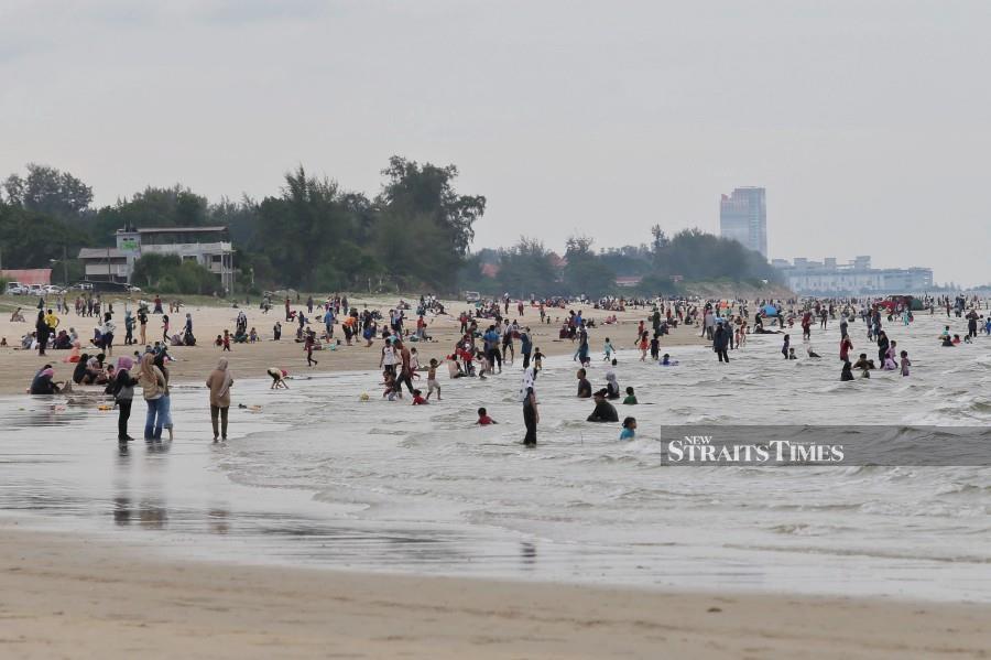 A general view of the crowd  at Pantai Pandak, Chendering today. - NSTP/GHAZALI KORI