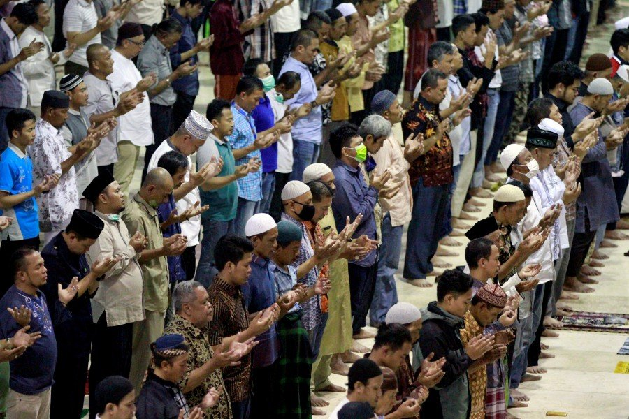 Indonesian Muslims pray at a mosque after official discouragement of big religious meetings during the outbreak of coronavirus disease (COVID-19), in Jakarta, Indonesia. -REUTER pic