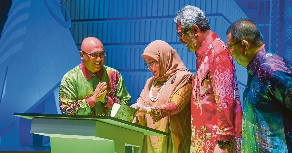 Queen attends Putrajaya poetry recitation night