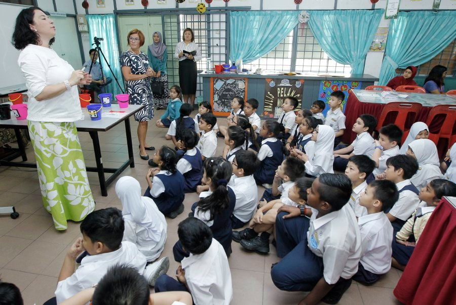 Teachers Tiina Malste (second from left) and Emmi Herler-Westeråker (left) during the demonstration of Finnish education approach at SK Taman Megah in Petaling Jaya. PIC BY SADDAM YUSOFF