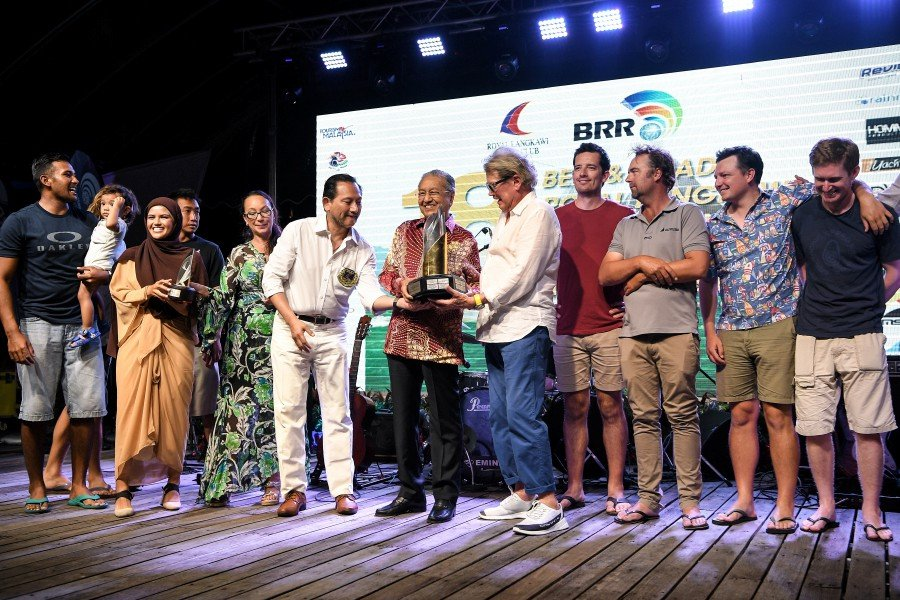 Prime Minister Tun Dr Mahathir Mohamad presenting the trophy to Team Hollywood (Australia) leader, Ray Roberts during the closing ceremony of the Royal Langkawi International Regatta 2020 in Langkawi. -Bernama