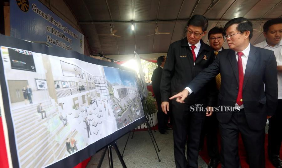 Penang Chief Minister Chow Kon Yeow (right) with Federation of Malaysian Manufacturers (FMM) president Tan Sri Soh Thian Lai (2nd-left) and FFM chairmanDatuk Dr Ooi Eng Hock (left) look at the floor plan after the ground-breaking ceremony of the FMM Penang's new building in Seberang Jaya. -NSTP/Danial Saad