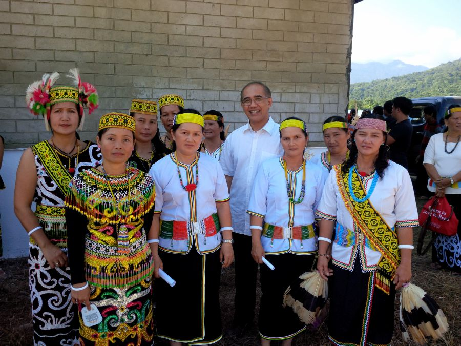 The author (centre) posing with some Orang Ulu ladies who were part of the village welcoming committee.