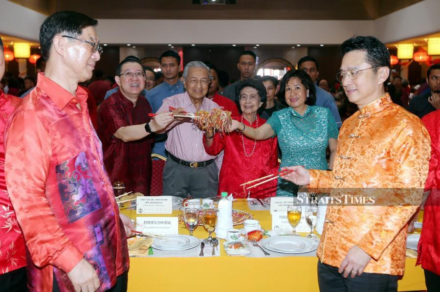 Prime Minister Tun Dr Mahathir Mohamad, wife Tun Dr Siti Hasmah Mohd Ali join Finance Minister Lim Guan Eng and guests in tossing of yee sang during the Chinese New Year Open House at the Klang Hokkien Association Building in Klang. -NSTP/Saddam Yusoff