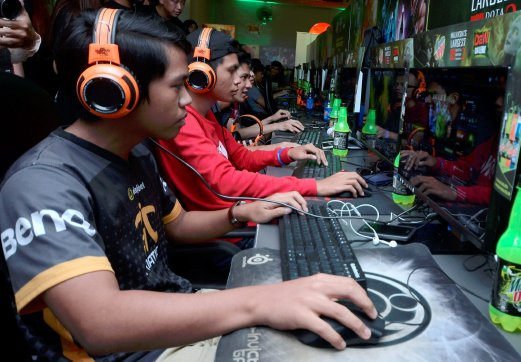 (File pix) Paticipants taking part during Mountain New Challenge Dota 2 tournament. The academy will focus on courses covering three games: FIFA, CounterStrike: Global Offensive (CS:GO) and Dota2. Pix by Shahanz Fazlie Shahrizal