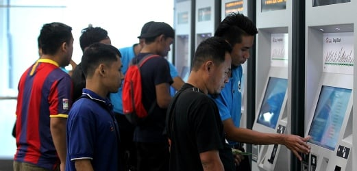 MRT free ride: Smooth sailing, except for commuters playing with emergency stop button, holding the door