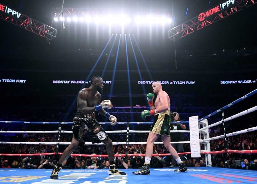 Tyson Fury (right) and Deontay Wilder in the first round, fighting to a draw during the WBC Heavyweight Champioinship at Staples Center on December 1, 2018 in Los Angeles, California. -- AFP