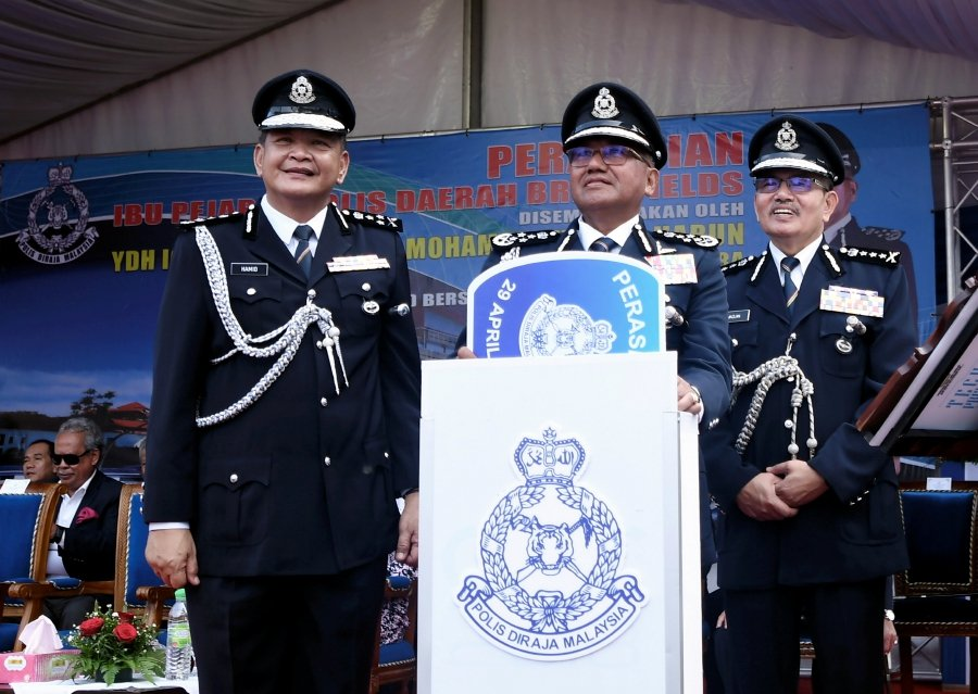 Inspector-General of Police Tan Sri Mohamad Fuzi Harun (center) officiated the Brickfields District Police Headquarters today.