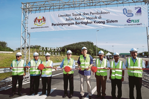 Works Minister Datuk Seri Fadillah Yusof (fourth from left) with Gamuda Bhd group managing director Datuk Lin Yun Ling (fourth from right), Malaysian Highway Authority chairman Datuk Dr Noor Azmi Ghazali (third from left) and other officials at the opening of the Kuang Sistem interchange at the North-South Expressway recently.
