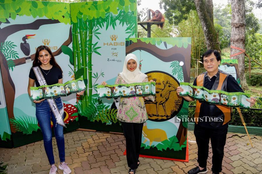 Habib Group's executive director Datin Seri Zarida Noordin (centre) said for each gold wafer piece sold, RM5 will be donated to Zoo Negara. With her are Deputy President Zoo Negara Zoo Negara, Rosly Ahmat Lana (right) and Miss Habib 2020, Neha Verma (left). - NSTP/AIZUDDIN SAAD.