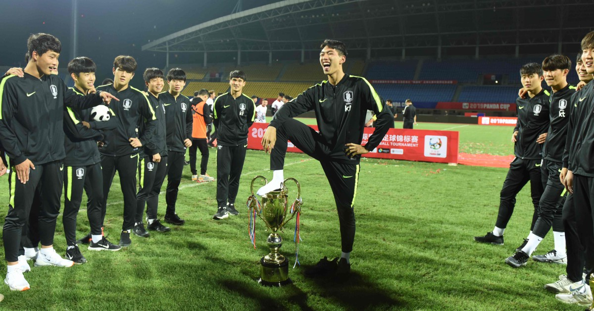 South Koreans say sorry to China over foot-on-trophy 'insult' | New