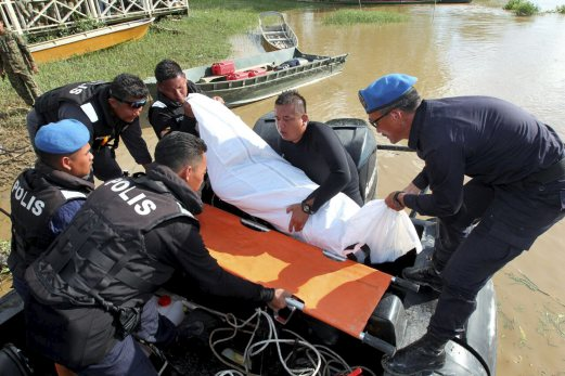 Police divers brought the remains onboard a police PA17 boat before taking it to the Lingga Town jetty here where the search and rescue mission is based. Sarawak deputy police commissioner Datuk Abdul Aziz Yusof said the remains were spotted by a team of marine policemen some 0.5 nautical miles from where the body of Datuk Noriah Kasnon was found yesterday. Pix by KHAIRULL AZRY BIDIN
