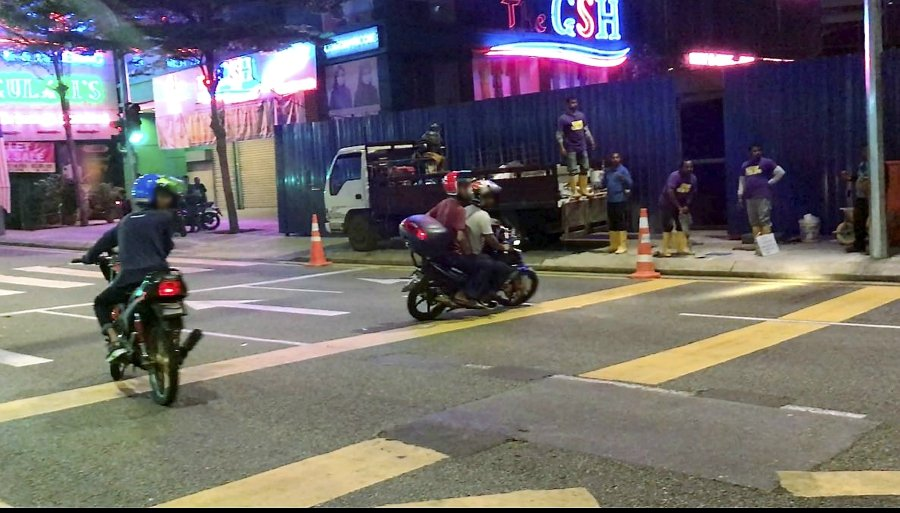 Two mat rempit seen trying to evade a road block during Oct 5, 2017 in Kuala Lumpur. NSTP pic.