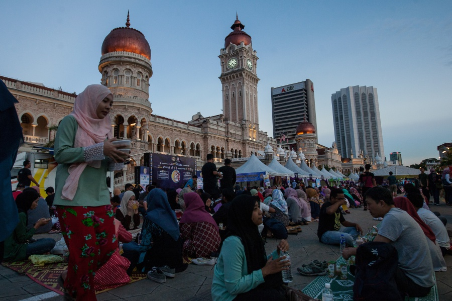 The crowd which had converged at Dataran Merdeka for the Iftar@KL 2017 programme. Bernama pix.