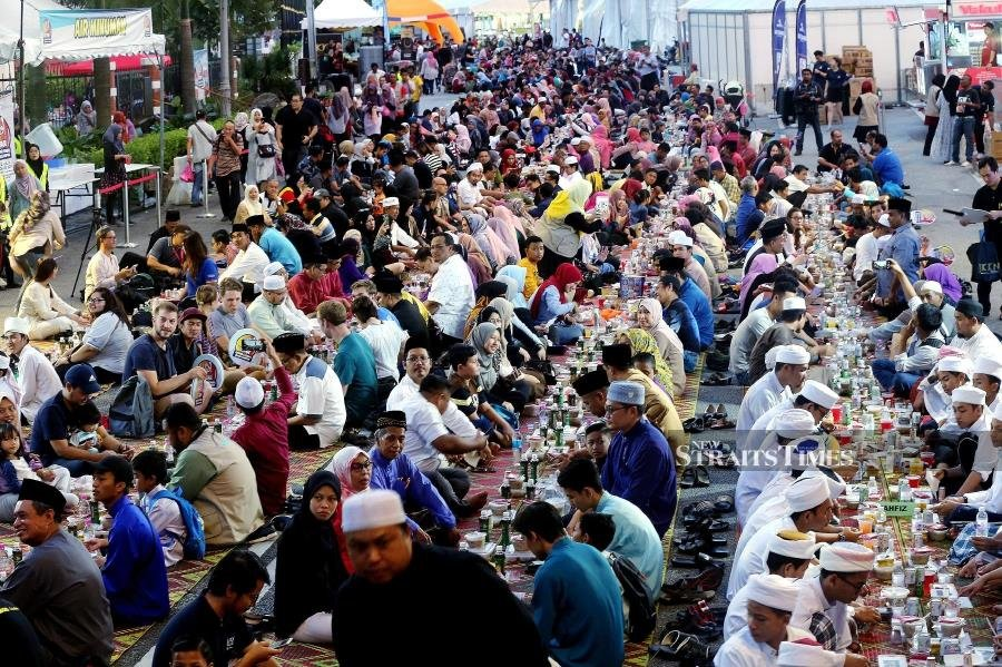 The Iftar@KL programme, held for the fifth consecutive year, has become a major attraction not just for Muslims but also Non-Muslims and foreigners alike. Pic by STR/OWEE AH CHUN