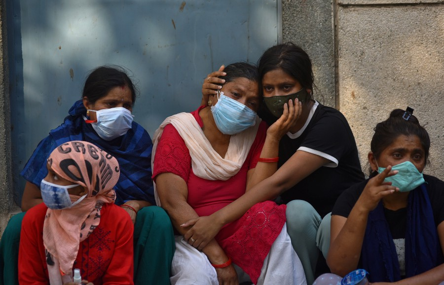 Grieving family members of COVID-19 victims at a cremation ground in New Delhi, India. -EPA pic