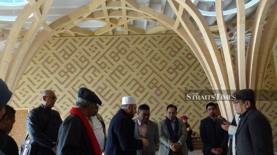 Minister in the Prime Minister's Department (Religious Affairs) Datuk Seri Dr Mujahid Yusof Rawa (centre) visits a mosque in Mill Lane in Cambridge. - NSTP/Zaharah Othman