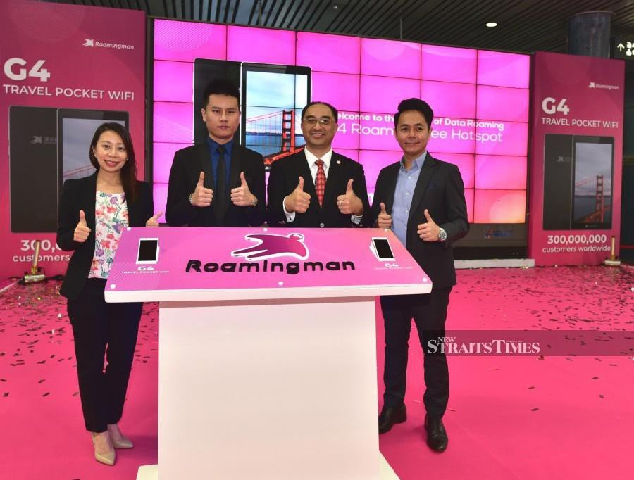 VIPs launching the new Roaming Man G4 device. Photo by Izwan