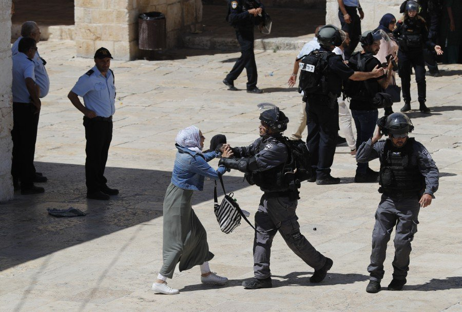 Palestinians and Israeli police clash at Jerusalem holy site | New