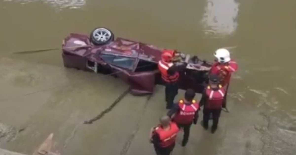 Man jumps out of car before it crashes into Klang river