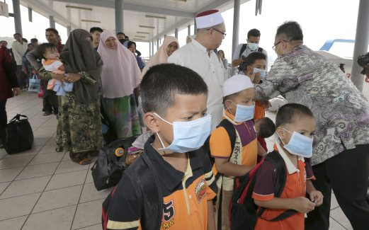 Children at langkawi International Airport seen wearing face masks due to the unhealthy API reading. Pix by SHAHRIZAL MD NOOR.