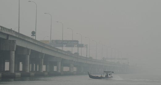 The Penang bridge is hardly visible due to the worsening air quality. Bernama photo.