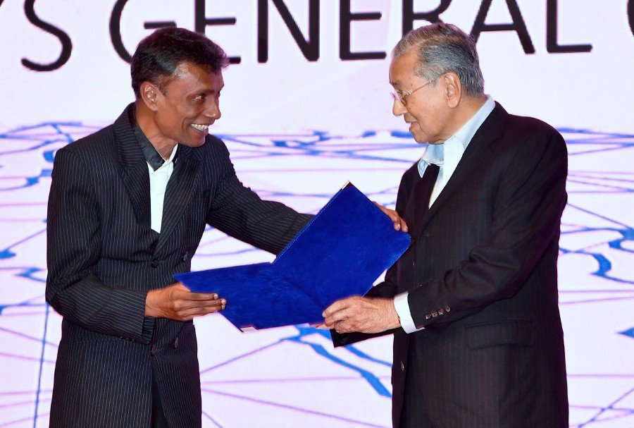 Prime Minister Tun Dr Mahathir Mohamad giving award to Datuk Richard Morais during the Launching Ceremony of Perdana International Anti-Corruption Champion Fund today. (BERNAMA)