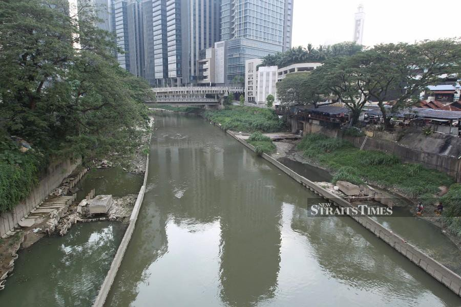 Selangor Water Management Authority (Luas) director Datuk Hashim Osman sasys a portion of Sungai Klang has been found to be polluted by a chemical substance that has yet to be identified. - NSTP/File pic.