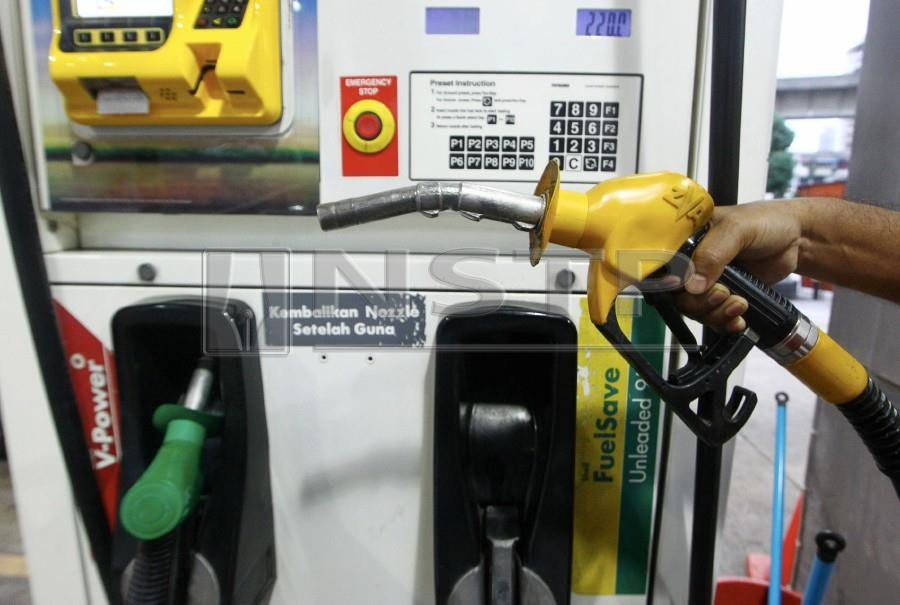 The Finance Ministry announced the ceiling price for RON95 petrol will be reduced to RM2.08. - NSTP/AZHAR RAMLI