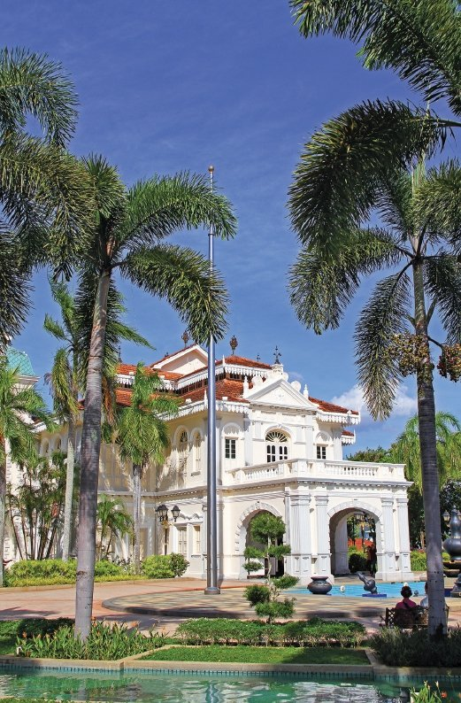 Galeri Sultan Azlan Shah houses many interesting exhibits and historical photographs of the Perak Sultanate.