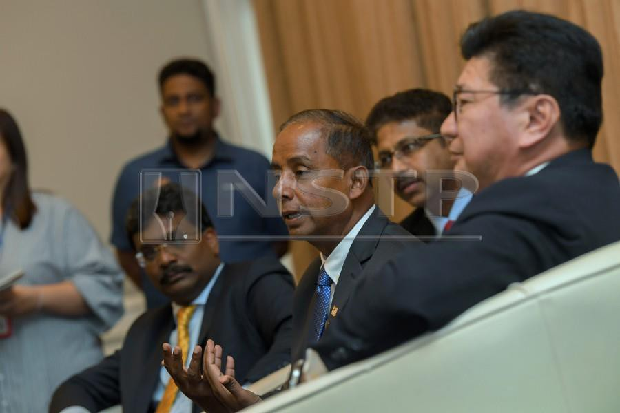 Human Resources Minister M. Kulasegaran (centre) with Federation of Malaysian Manufacturers (FMM) president Datuk Soh Thian Lai (right) during the dialogue with FFM Board Members in Kuala Lumpur. - Bernama.