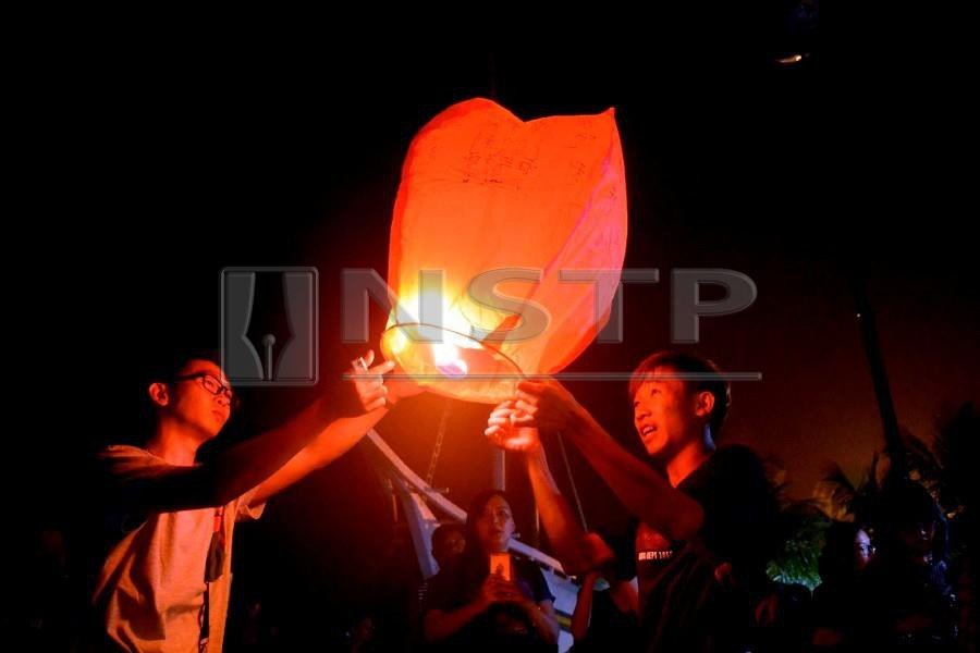 Tinder and WeChat may be top dating options for the whole year, but for one day in the Lunar calendar, oranges and lanterns take precedence. (NSTP/FILE PIC)