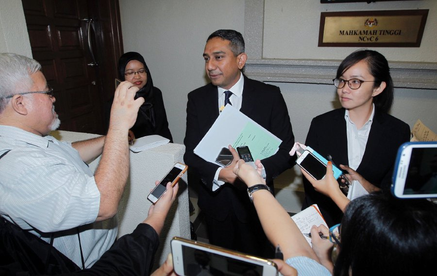 Najib's lawyer, Datuk Mohd Hafarizam Harun, told reporters that his client had instructed him to withdraw the suit and that he has agreed to drop legal action on undisclosed terms. Pic by NSTP/SADDAM YUSOFF