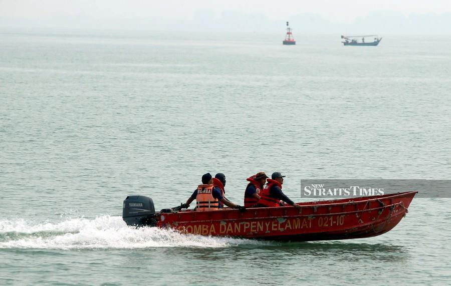 Firemen have launched a search and rescue (SAR) operation for three fishermen feared missing some eight nautical miles off Muka Head. - NSTP/File pic