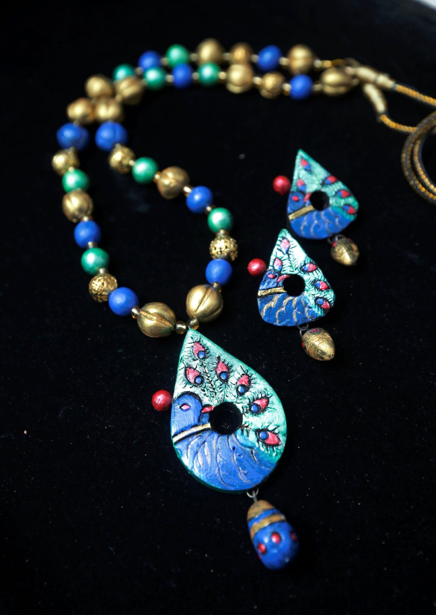 Be as vibrant as a peacock in this set.