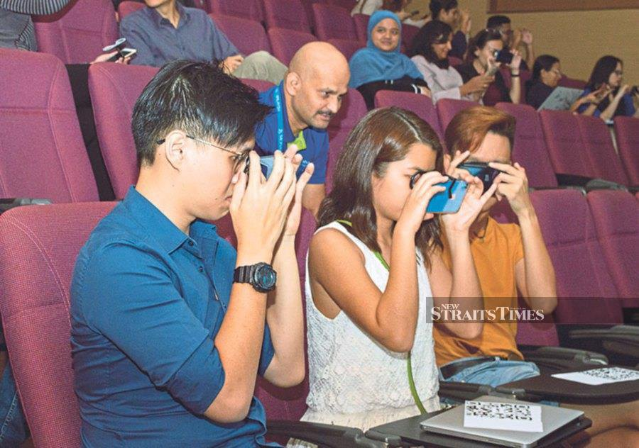 Monash University students trying out Virtual Reality using their mobile phones.