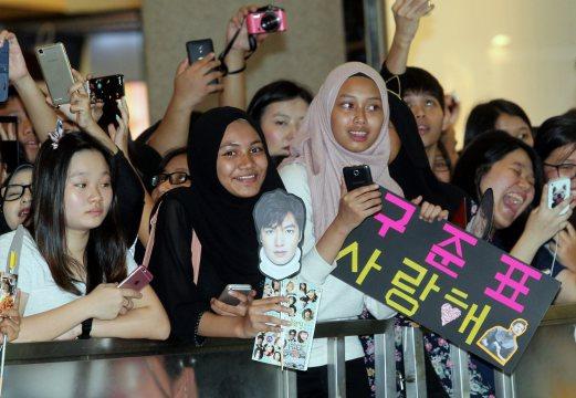 Fans waiting for Lee Min Ho's arrival at Pavilion. Pix by Amirudin Sahib.