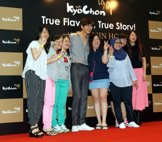 Winners of KyoChon 1991 competition pose with Lee Min Ho (centre). Pix by Amirudin Sahib.