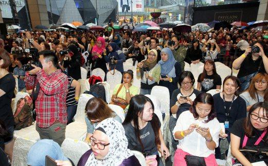 Despite the rain, fans waited to catch a glimpse of Lee Min Ho. Pix by Amirudin Sahib.