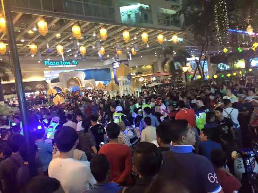 Large crowd gathered outside the plaza during the incident. Pix source: Twitter