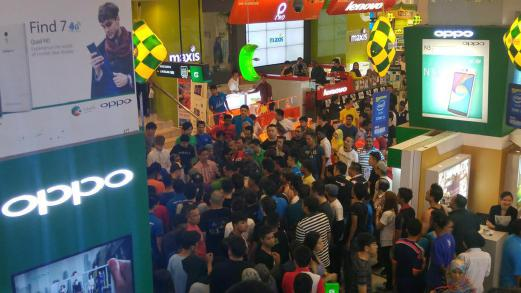 The incident took place after a man was alleged to have stolen a cellular phone in Low Yat Plaza. Pix source: Twitter.
