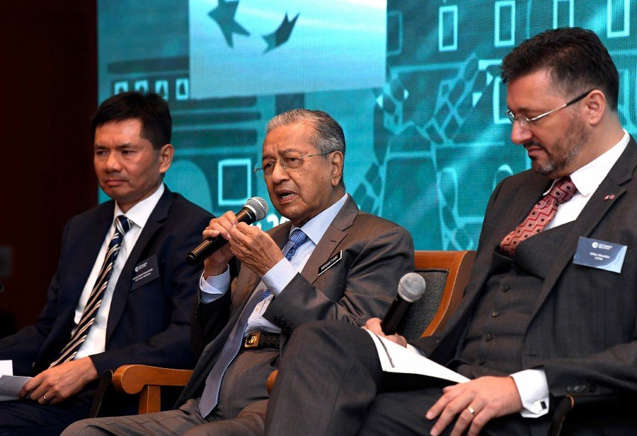 Tun Dr Mahathir Mohamad during a dialogue session with the French business community in Malaysia here today. Also present are CCI France Malaysia chairman Datuk Zainal Amanshah (left) and CCI France Malaysia president Gilles Waeldin. (BERNAMA)