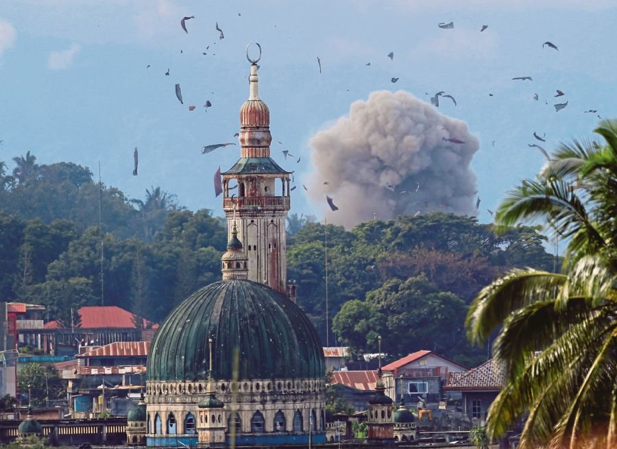 Ten flee under fire amid Marawi fighting