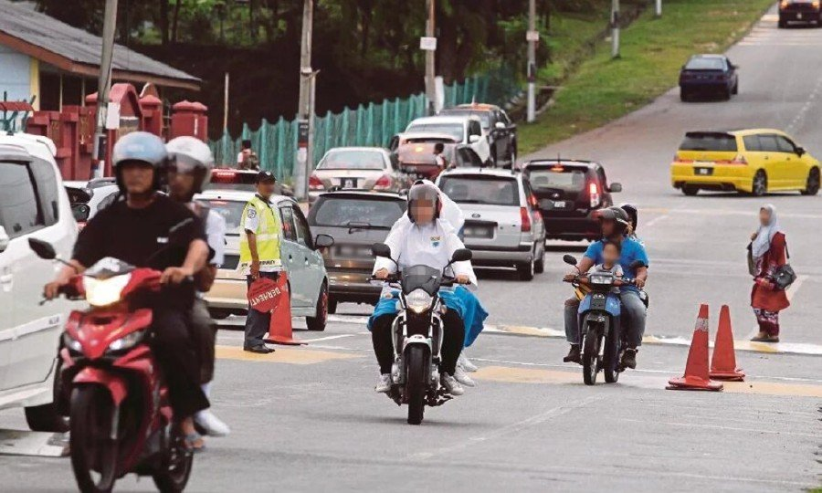 These motorcyclists have to be reprimanded and banned from the road if they don't use the motorcycle lane. -NSTP/File pic