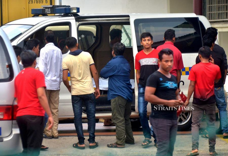 Victim's friends present at the Forensic Hospital of Tengku Ampuan Rahimah, Klang. (Pic by FAIZ ANUAR)