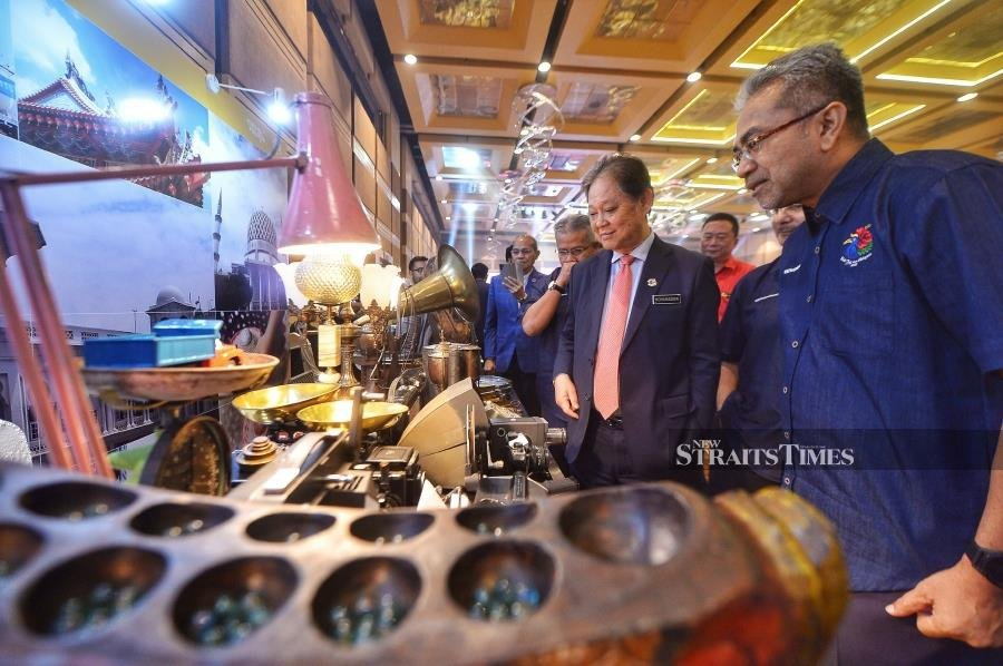 Tourism, Arts and Culture Minister Datuk Mohamaddin Ketapi (second from left) visiting a craft exhibition during the launch event of My Malaysia Experience in Putra World Trade Centre in Kuala Lumpur. NSTP/ASWADI ALIAS.