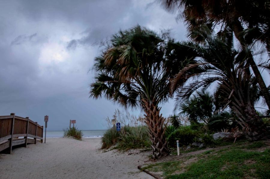 Shelter From Storm With Devices >> In Us Beach Resort Residents Seek Shelter From The Storm New