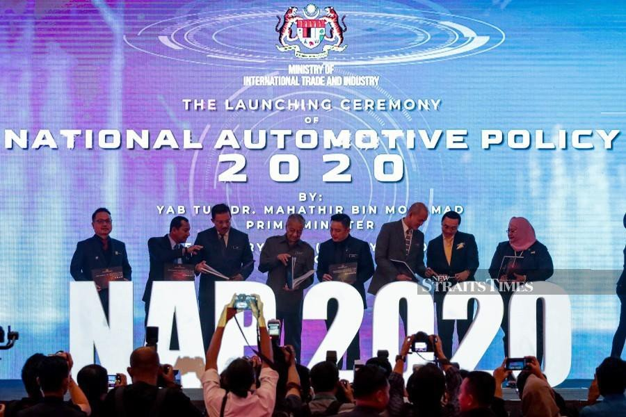 Prime Minister Tun Dr Mahathir Mohamad (4th-left), International Trade and Industry Minister (MITI) Datuk Darell Leiking (5th-left), Deputy MITI Minister Dr Ong Kian Ming (6th-left), Chief Secretary to the Government Datuk Seri Mohd Zuki Ali (3rd-left) at the launch of the National Automotive Policy (NAP) 2020 in Kuala Lumpur. - NSTP/Aizuddin Saad