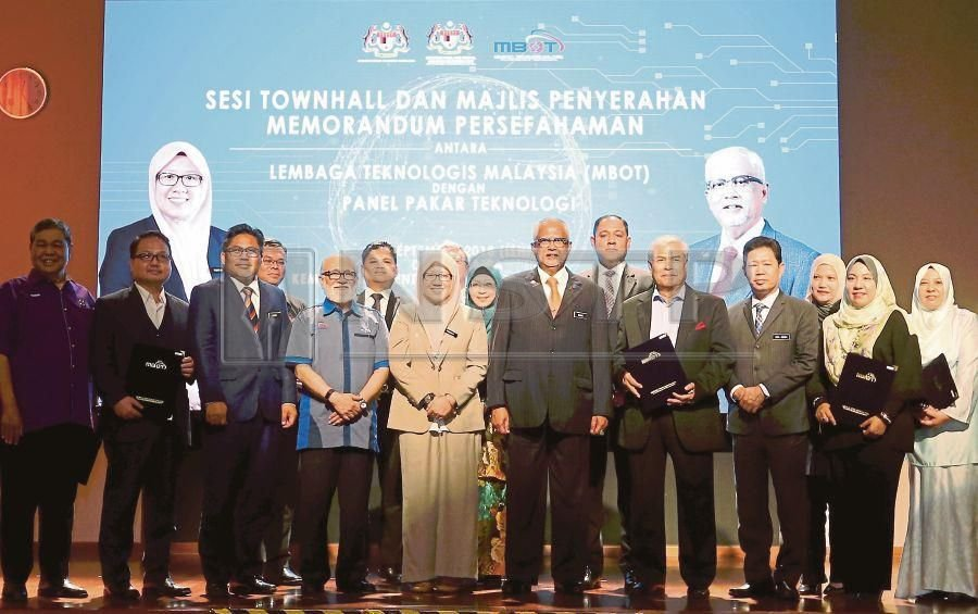 Deputy Energy, Technology, Science, Climate Change and Environment Minister Isnaraissah Munirah Majilis (fifth from left) with Malaysia Board of Technologists (MBOT) president Tan Sri Ahmad Zaidee Laidin (fourth from left) and Deputy Human Resources Minister Datuk Mahfuz Omar in a group picture to commemorate the signing of the memorandum of understanding between MBOT and the Technology Expert Panel in Putrajaya. Pix by Ahmad Irham Mohd Noor